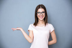 Kvinna i exponeringsglas som framlägger något på handen Royaltyfri Bild