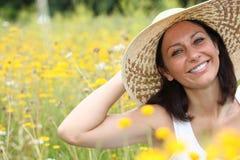 Kvinna i fält Arkivfoto