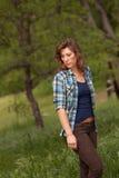 Kvinna i fältet, röd bluff, Kalifornien Arkivfoto