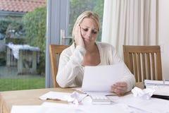 Kvinna i finansiell spänning royaltyfri fotografi