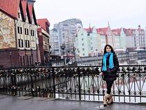 Kvinna i fiskeläge i Kaliningrad Arkivfoto