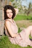 kvinna i fjädergreengräs Royaltyfri Bild