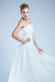 Kvinna i flödande klänningar för vit arkivbild