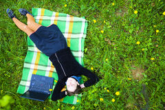 Kvinna i fält med bärbar dator Fotografering för Bildbyråer