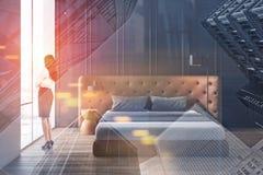 Kvinna i formell kläder i minimalistic sovrum fotografering för bildbyråer
