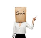 Kvinna i formella kläder med shoppingpåsen Fotografering för Bildbyråer