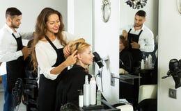 Kvinna i frisersalongen Royaltyfria Bilder