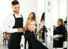 Kvinna i frisersalongen Royaltyfri Foto