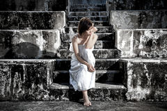 kvinna i frustrerat deprimerat sammanträde på trappa, gråt och cont arkivbilder
