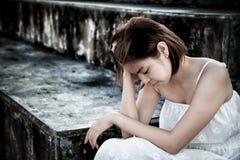 kvinna i frustrerat deprimerat sammanträde på trappa, gråt och cont royaltyfri fotografi