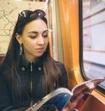 Kvinna i gångtunnel royaltyfri bild