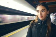 Kvinna i gångtunnel arkivfoto
