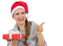 Kvinna i gåva för jul för Santa hattholding Arkivbilder