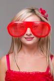 Kvinna i galna clownexponeringsglas Arkivbild
