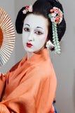 Kvinna i geishamakeup och en traditionell japansk kimono Studio inomhus fotografering för bildbyråer