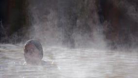 Kvinna i geotermisk pöl för varm vår stock video