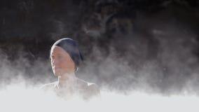 Kvinna i geotermisk pöl för varm vår arkivfilmer
