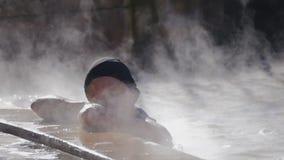 Kvinna i geotermisk pöl för varm vår lager videofilmer