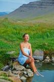 Kvinna i geotermisk vår Royaltyfri Bild