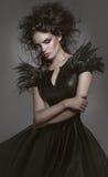 Kvinna i gotisk modeklänning royaltyfri foto