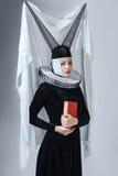 Kvinna i gotiska kläder Royaltyfri Fotografi