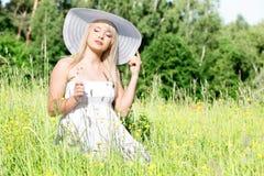 Kvinna i gräset Arkivfoton