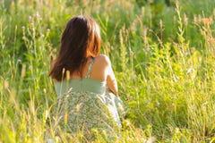Kvinna i gräset Arkivbild