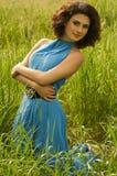 Kvinna i grönt gräs Royaltyfri Bild