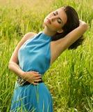 Kvinna i grönt gräs Arkivfoton