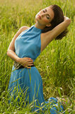 Kvinna i grönt gräs Fotografering för Bildbyråer