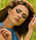 Kvinna i grönt gräs Arkivfoto
