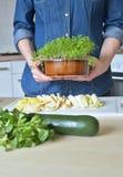 Kvinna i grönt kök royaltyfria bilder