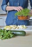 Kvinna i grönt kök fotografering för bildbyråer