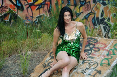 Kvinna i grön Sequined klänning och grafitti Royaltyfria Bilder