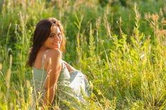Kvinna i gräset Fotografering för Bildbyråer