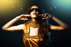 Kvinna i gul klänning och maskering Royaltyfri Bild