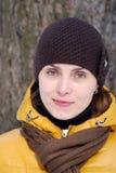 Kvinna i gult omslag i natur Royaltyfri Fotografi