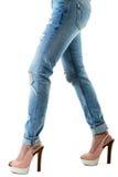 Kvinna i häl och jeans för varma rosa färger höga Fotografering för Bildbyråer