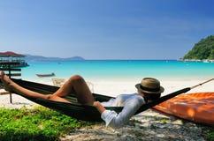 Kvinna i hängmatta på strand Royaltyfri Fotografi