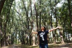 Kvinna i härlig skog Royaltyfria Foton