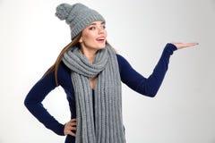 Kvinna i hållande copyspace för vintertorkduk på gömma i handflatan Arkivfoton