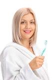 Kvinna i hållande tandborste för badrock Royaltyfri Foto