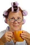 Kvinna i hårrullar som ler och dricker kaffe Royaltyfria Foton