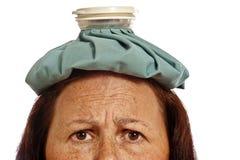 Kvinna i hårrullar som ler och dricker kaffe Arkivbild