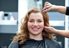 Kvinna i hårsalong royaltyfri fotografi