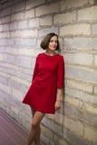 Kvinna i hall- och grå färgkalkstenvägg Royaltyfria Bilder