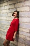 Kvinna i hall- och kalkstenväggsihouette Royaltyfria Bilder