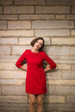 Kvinna i hallinnehavhänder bak kropp Arkivfoton