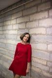 Kvinna i hallrelä på kalkstenväggen Royaltyfria Foton