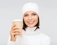 Kvinna i hatt med den takeaway te- eller kaffekoppen royaltyfria bilder